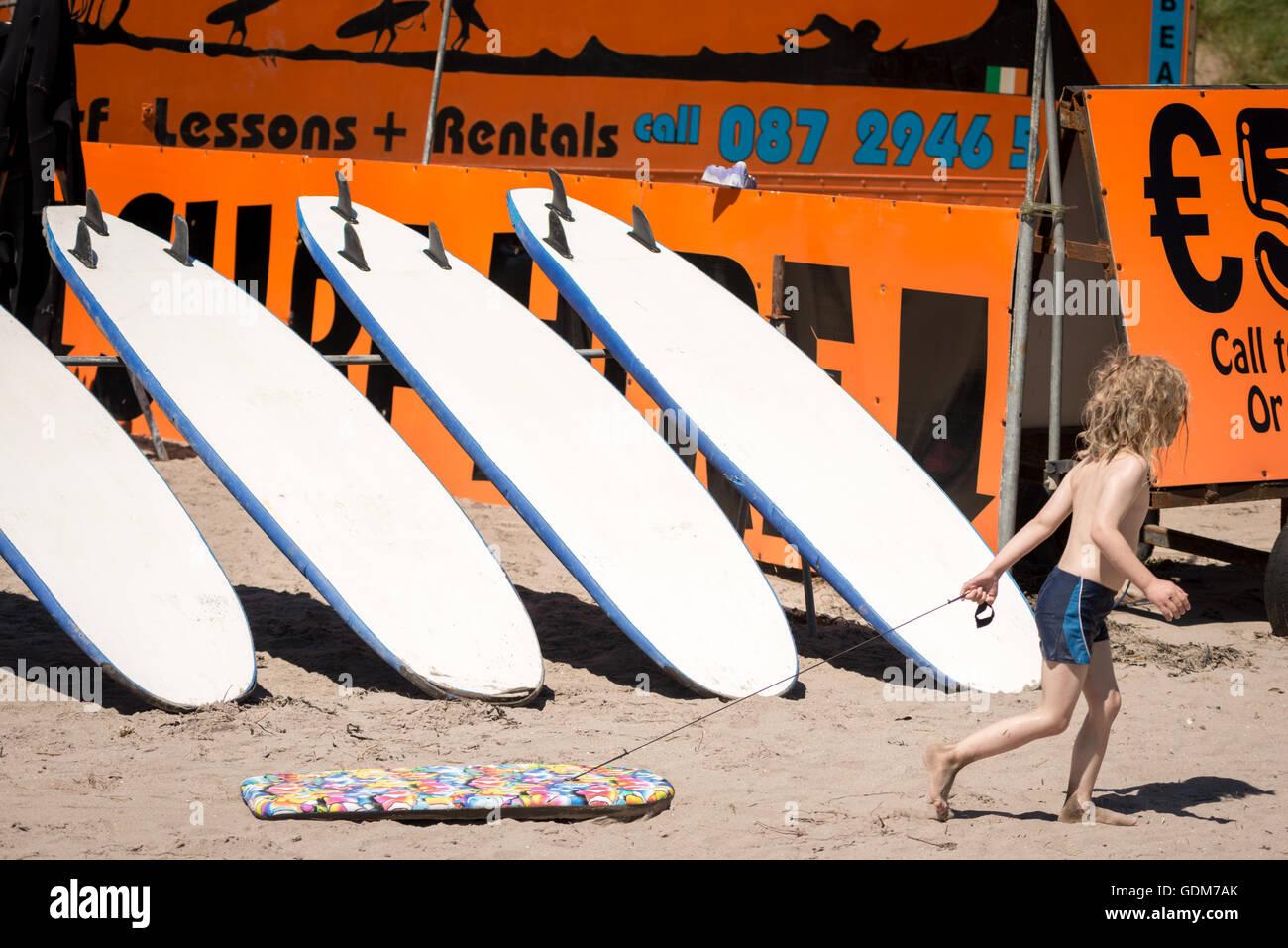 heatwave-ireland-beach-and-children-at-the-beach-on-hot-summer-day-GDM7AK.jpg