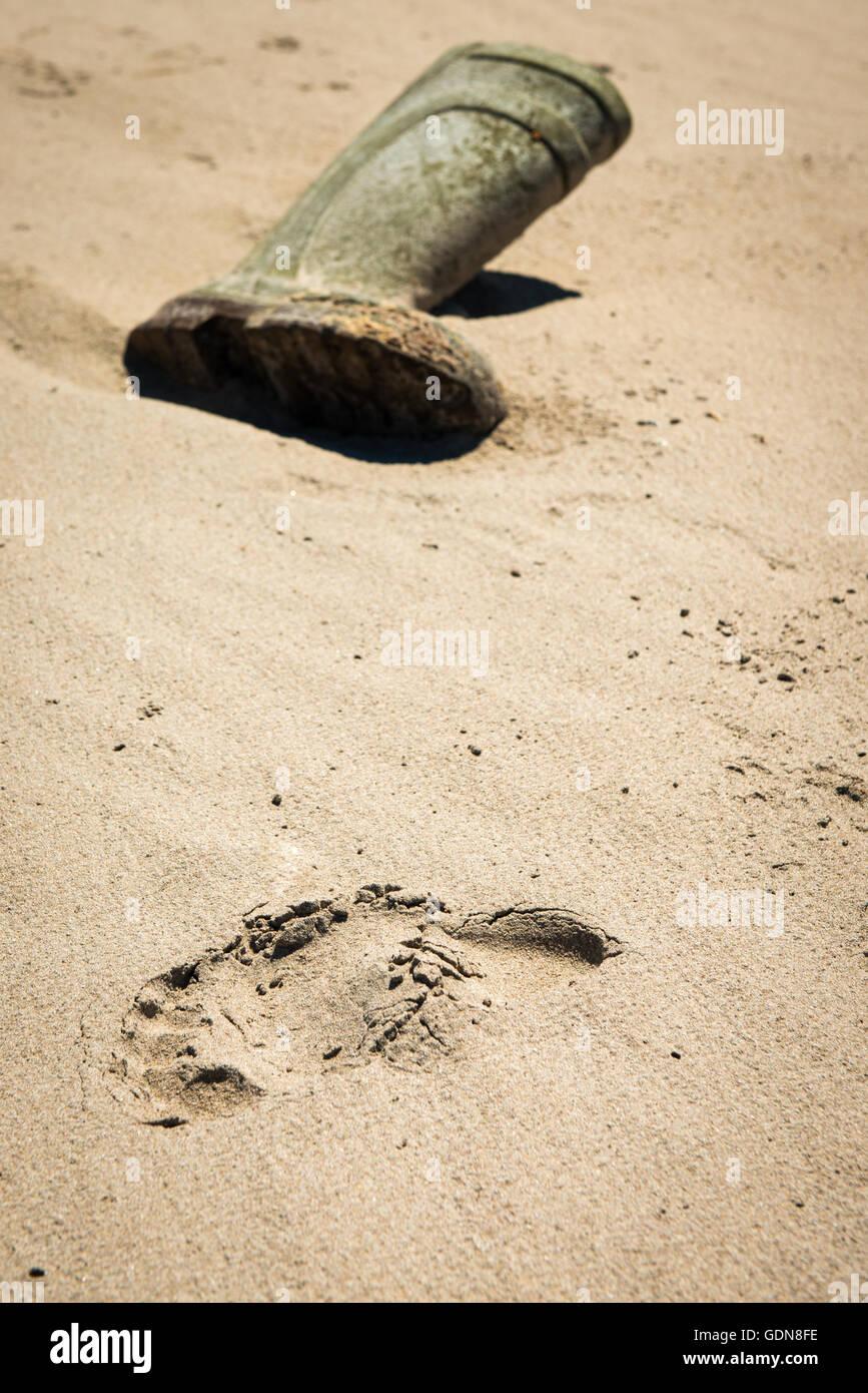 abandoned-wellington-boot-on-beach-GDN8FE.jpg