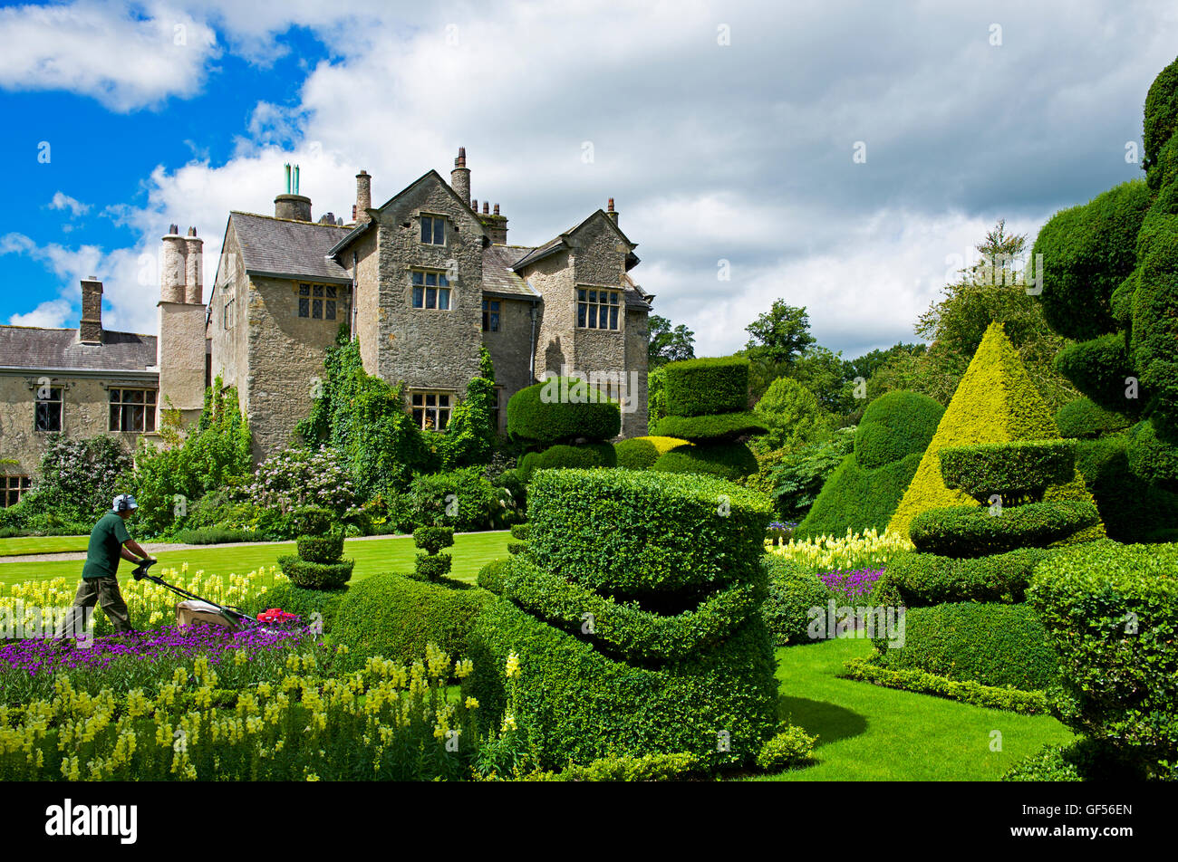 the-topiary-gardens-at-levens-hall-south