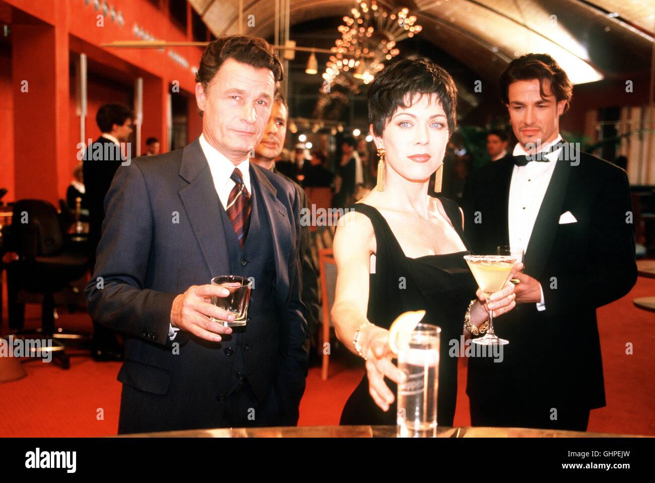 Die Sternbergs - Ärzte, Brüder, Leidenschaften - Lara Jennings (ANJA KRUSE) trifft sich in der Bar des - Stock Image
