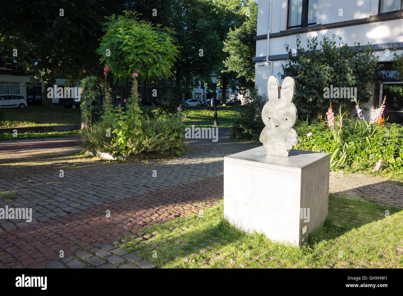 https://c7.alamy.com/comp/GHXHW1/miffy-square-dutchnijntje-pleintje-utrecht-the-netherlands-miffy-is-GHXHW1.jpg