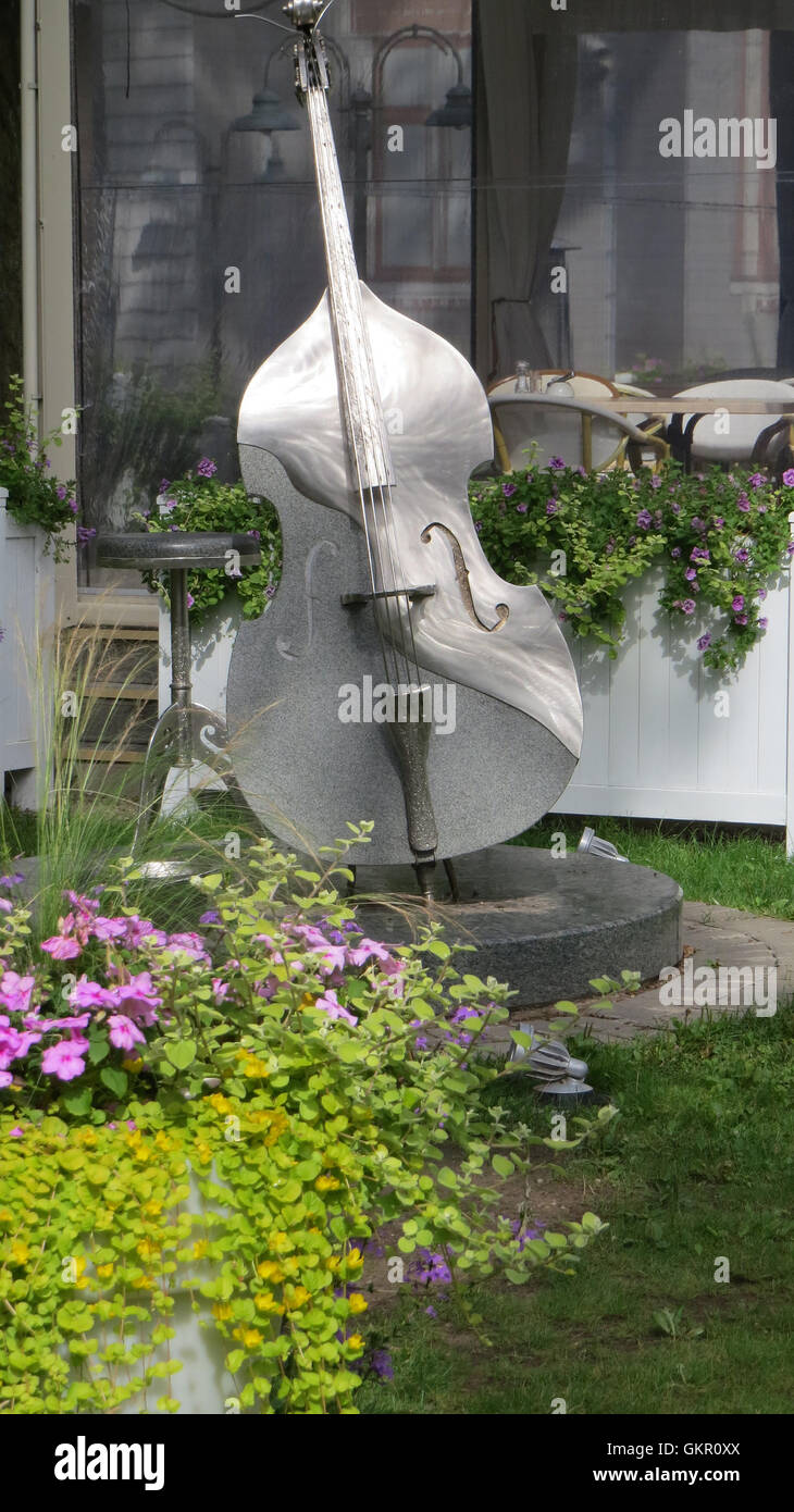 JURMALA, Latvia. Metal cello sculpture outside a restaurant in Jurmala. Photo Tony Gale - Stock Image