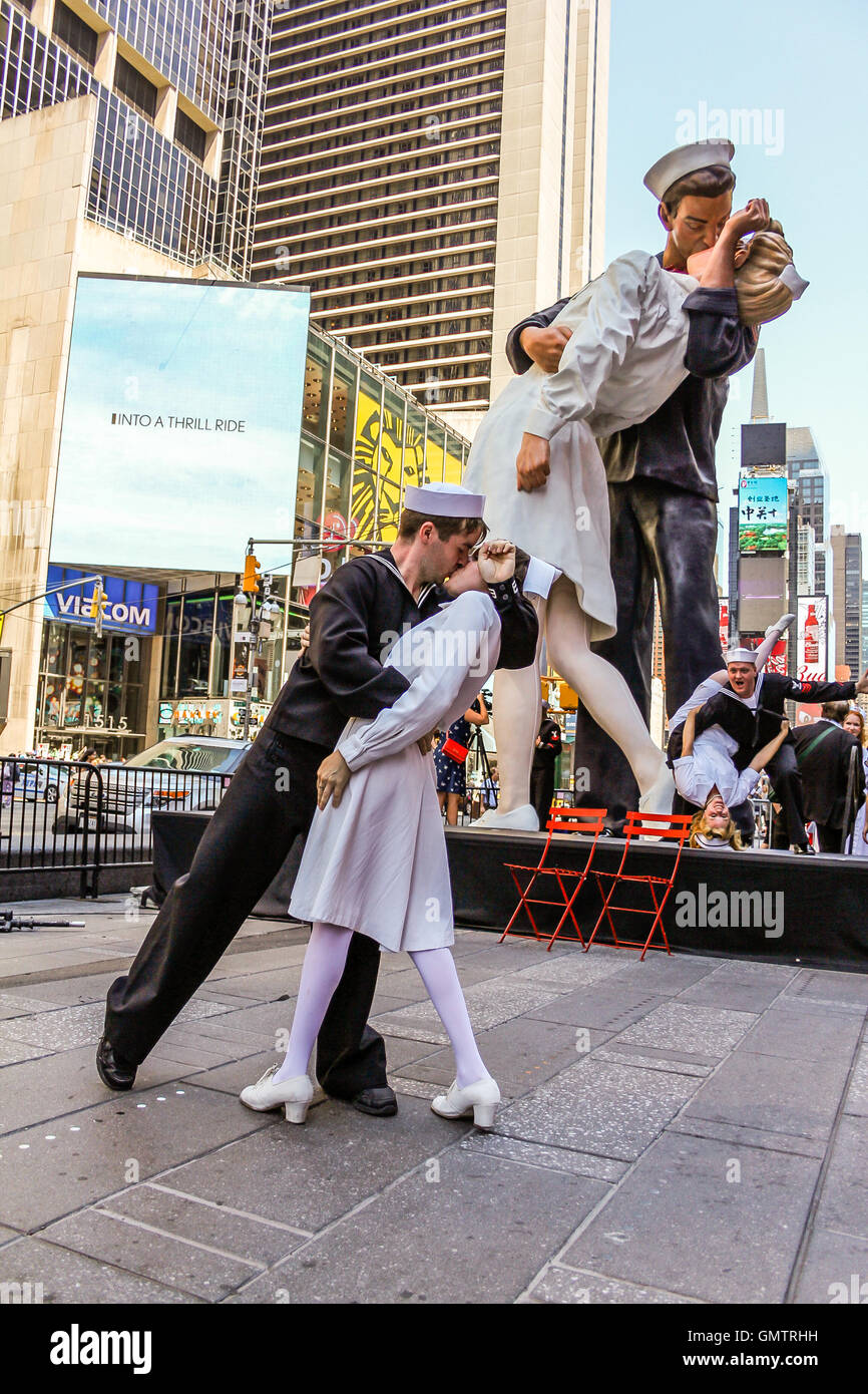 a sailor and nurse reenacts the famous vj day kiss in time square