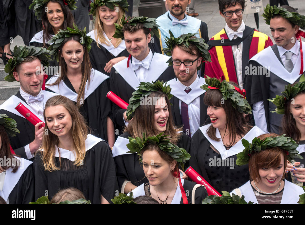 https://c7.alamy.com/comp/GT7CET/edinburgh-university-graduation-day-happy-graduating-students-wearing-GT7CET.jpg