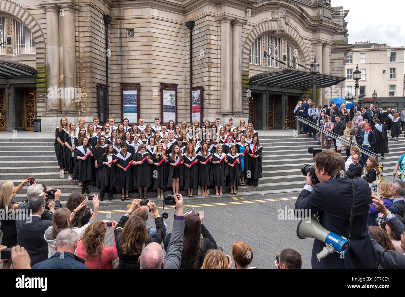https://c7.alamy.com/comp/GT7CEY/edinburgh-university-graduation-day-family-parents-and-official-photographer-GT7CEY.jpg