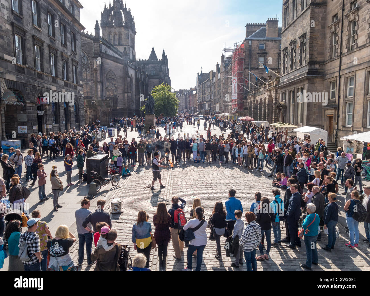 https://c7.alamy.com/comp/GW5GE2/edinburgh-royal-mile-edinburgh-high-street-with-fire-performer-and-GW5GE2.jpg