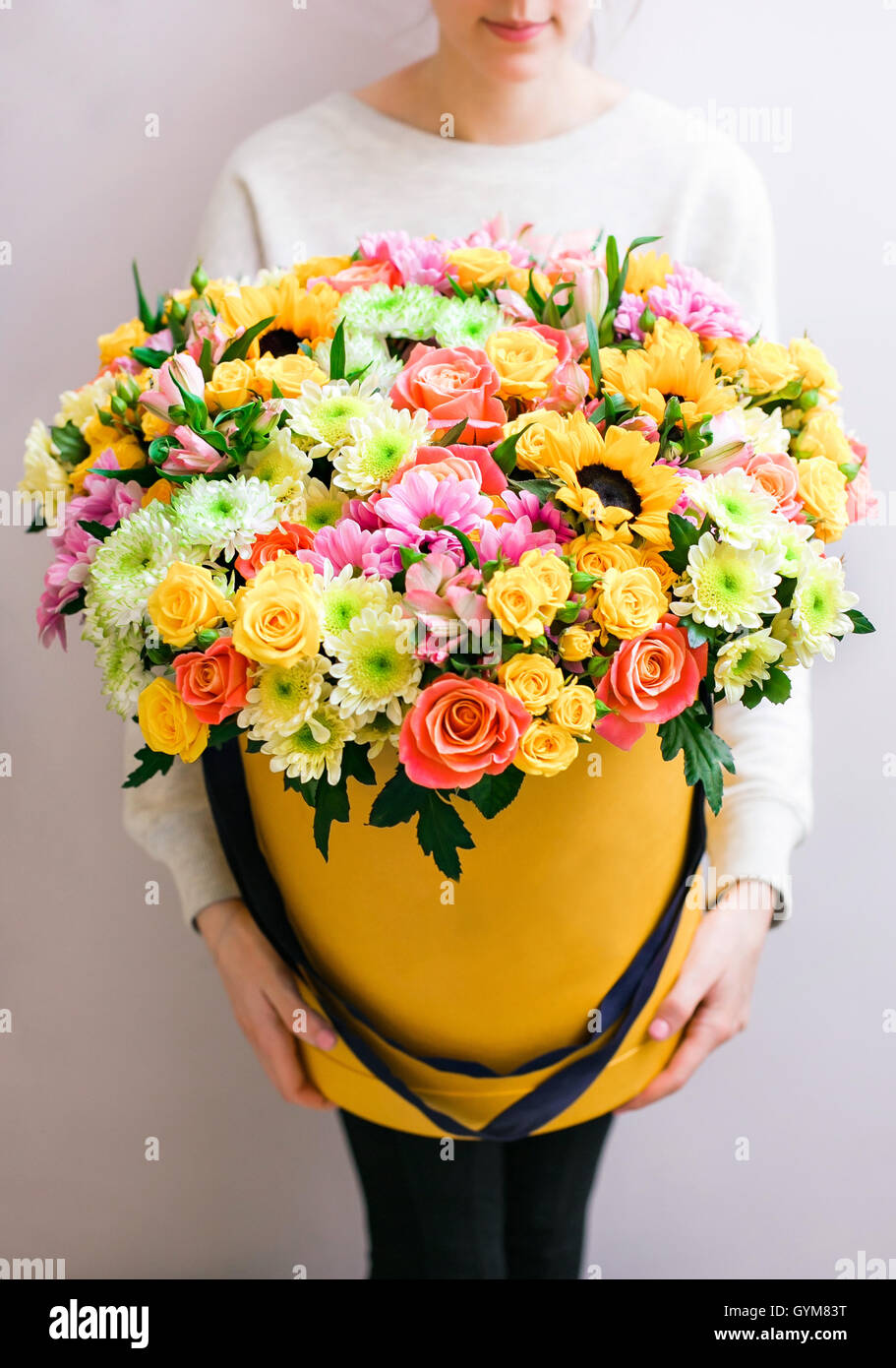 Luxury bouquets of mixed flowers in the hat box roses in the hands luxury bouquets of mixed flowers in the hat box roses in the hands women izmirmasajfo
