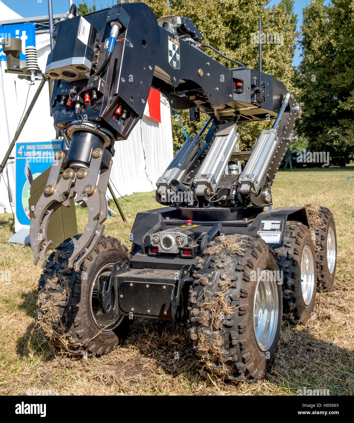 bomb disposal robot unit defuse bombs - Stock Image