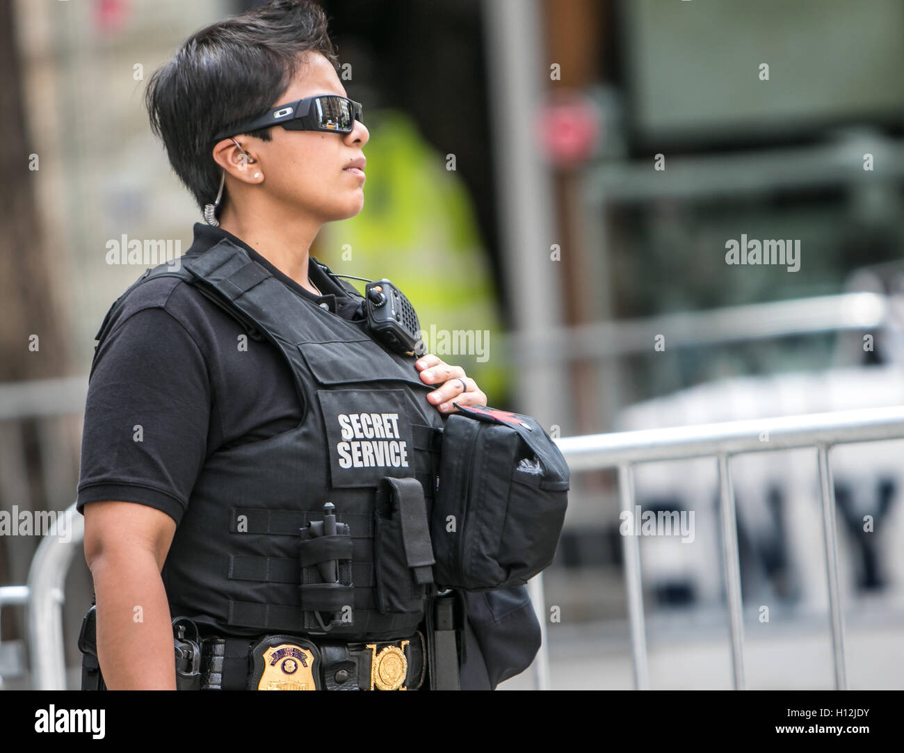a-female-secret-service-agent-H12JDY.jpg
