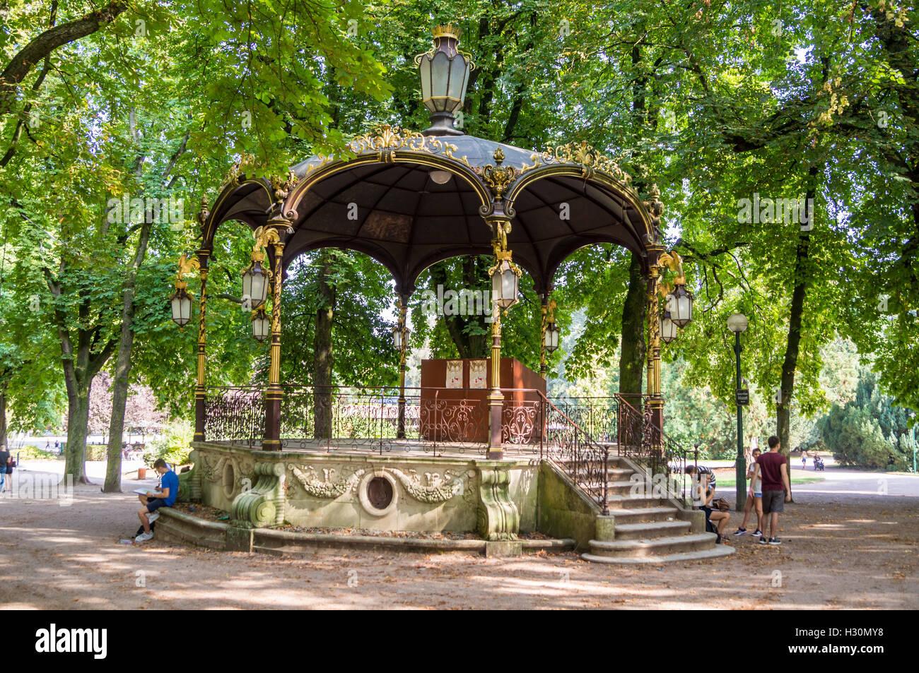 art-nouveau-gilded-bandstand-parc-de-la-ppinire-public-gardens-nancy-H30MY8.jpg