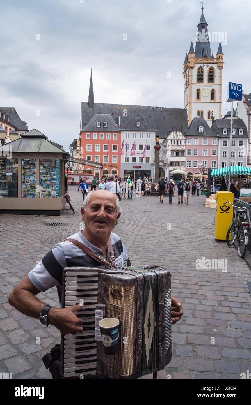 an-old-male-street-musician-playing-a-quagliardi-piano-accordion-hauptmarkt-H35K04.jpg
