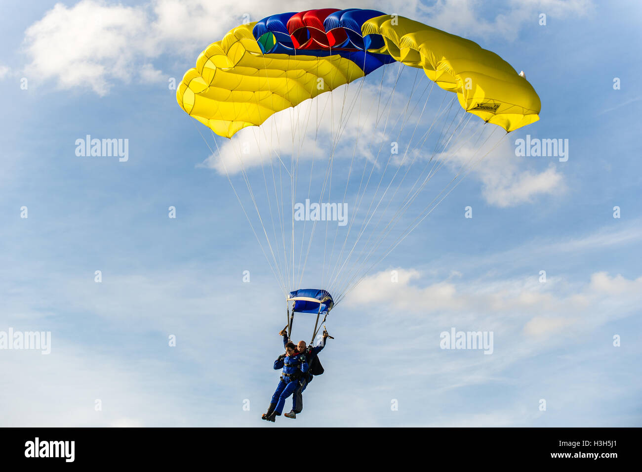 skydiver-and-passenger-come-in-to-land-at-the-irish-parachute-club-H3H5J1.jpg