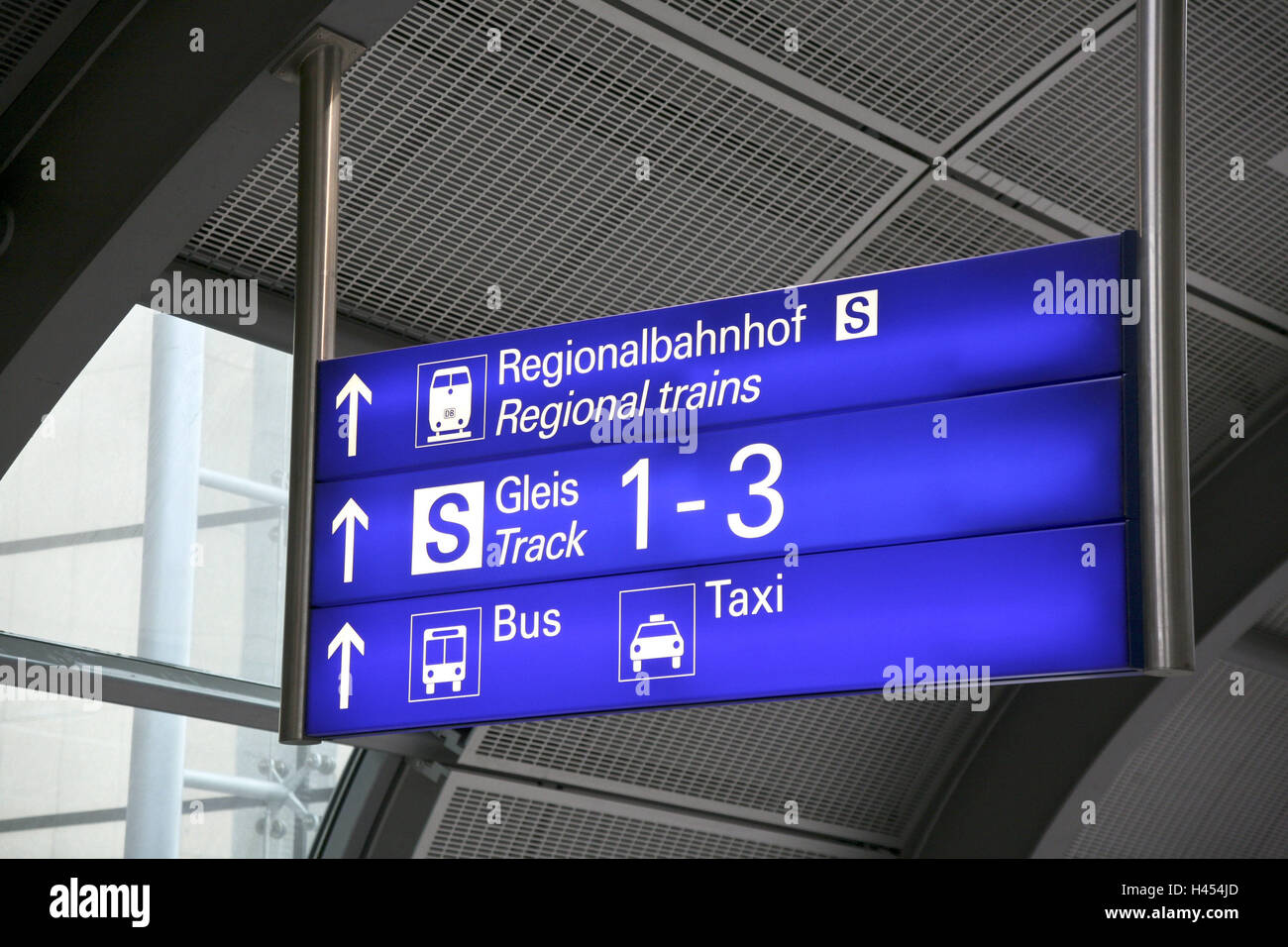 airport bus sign stock photos airport bus sign stock images alamy. Black Bedroom Furniture Sets. Home Design Ideas