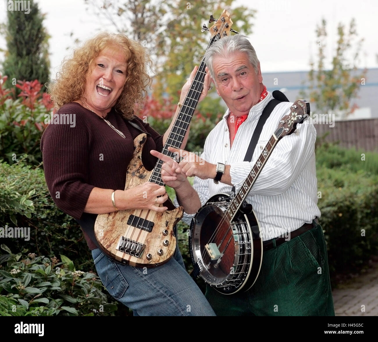 Pete Budd of the Wurzels gives a lady of Enterprise Inns a lesson on bass guitar Stock Photo