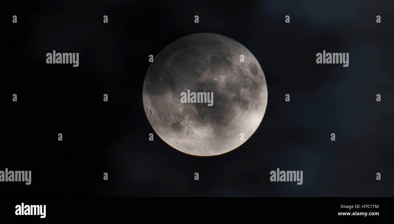 99a8ccd9574dc Harvest Super moon Stock Photo  125040068 - Alamy