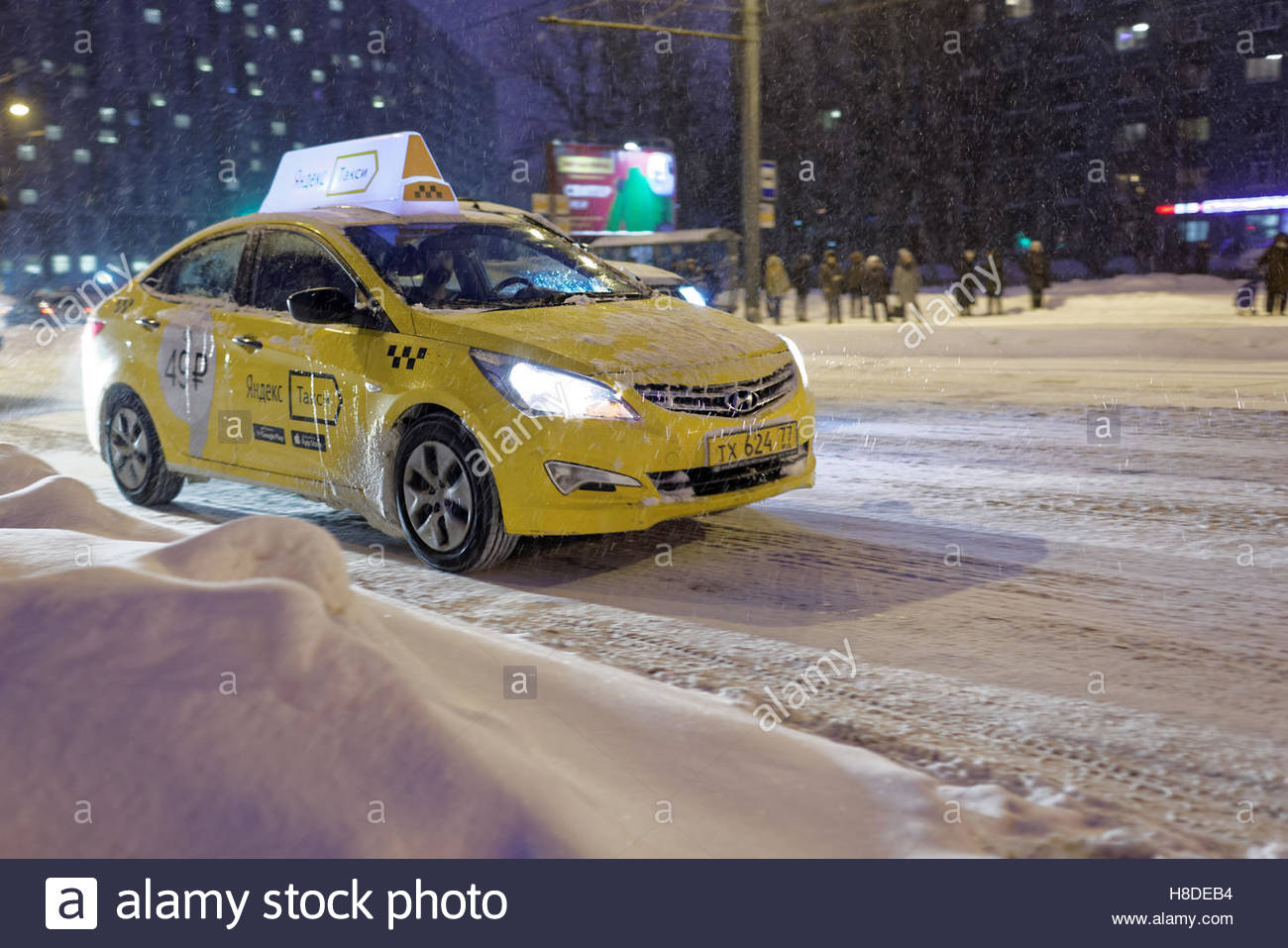 St. Petersburg, Russia, 10th November, 2016. Frosted taxi on the street under snowfall. More than 20 cm of snow Stock Photo