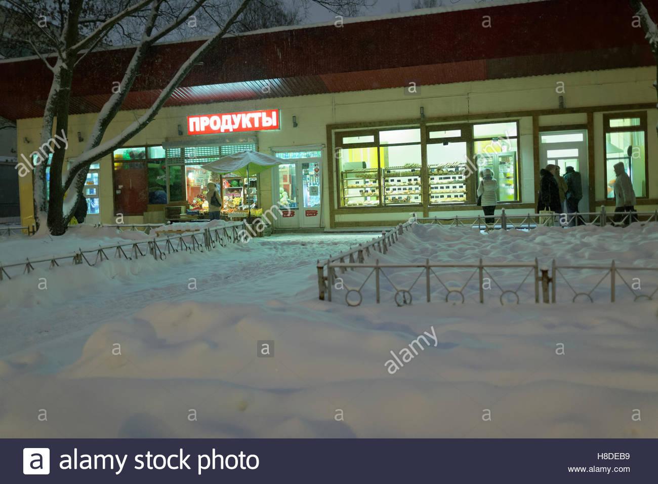 St. Petersburg, Russia, 10th November, 2016. People among snowdrifts on Simonova street. More than 20 cm of snow Stock Photo