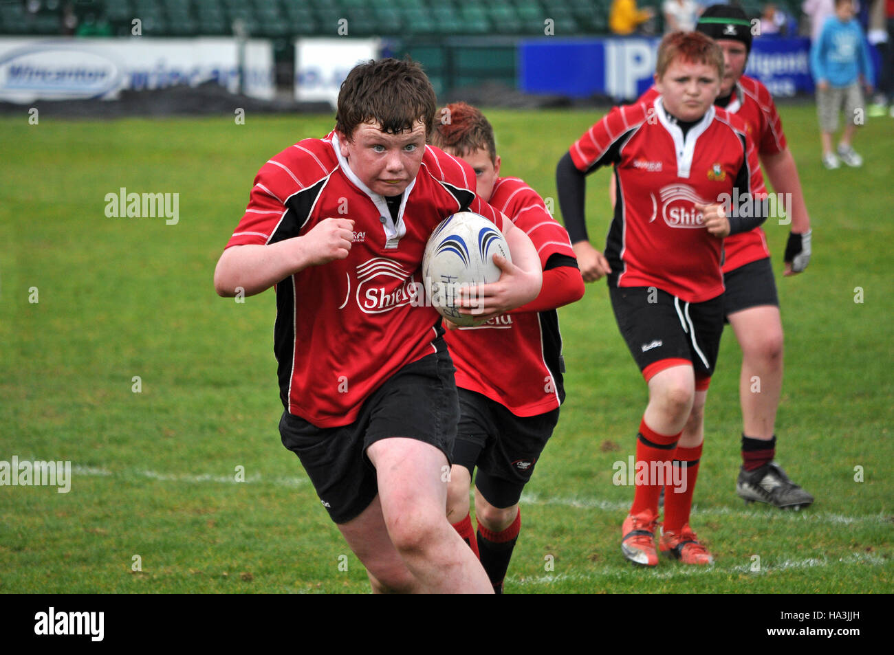 teenage boys playing rugby - Stock Image