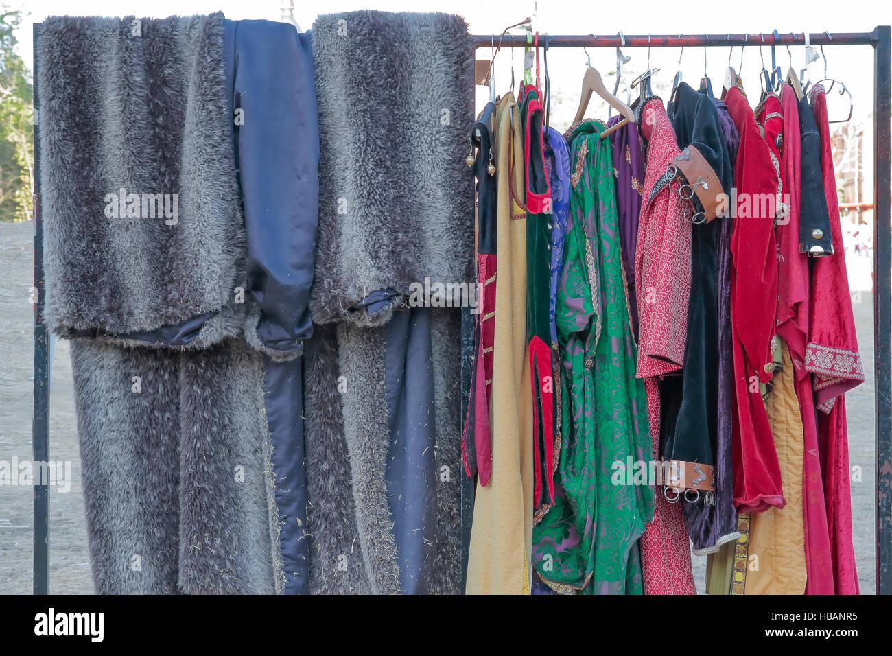 A Arte da Guerra dos 777 Ronins - Neko - Página 12 Horizontal-view-of-a-coat-rack-with-some-clothes-and-medieval-dresses-HBANR5