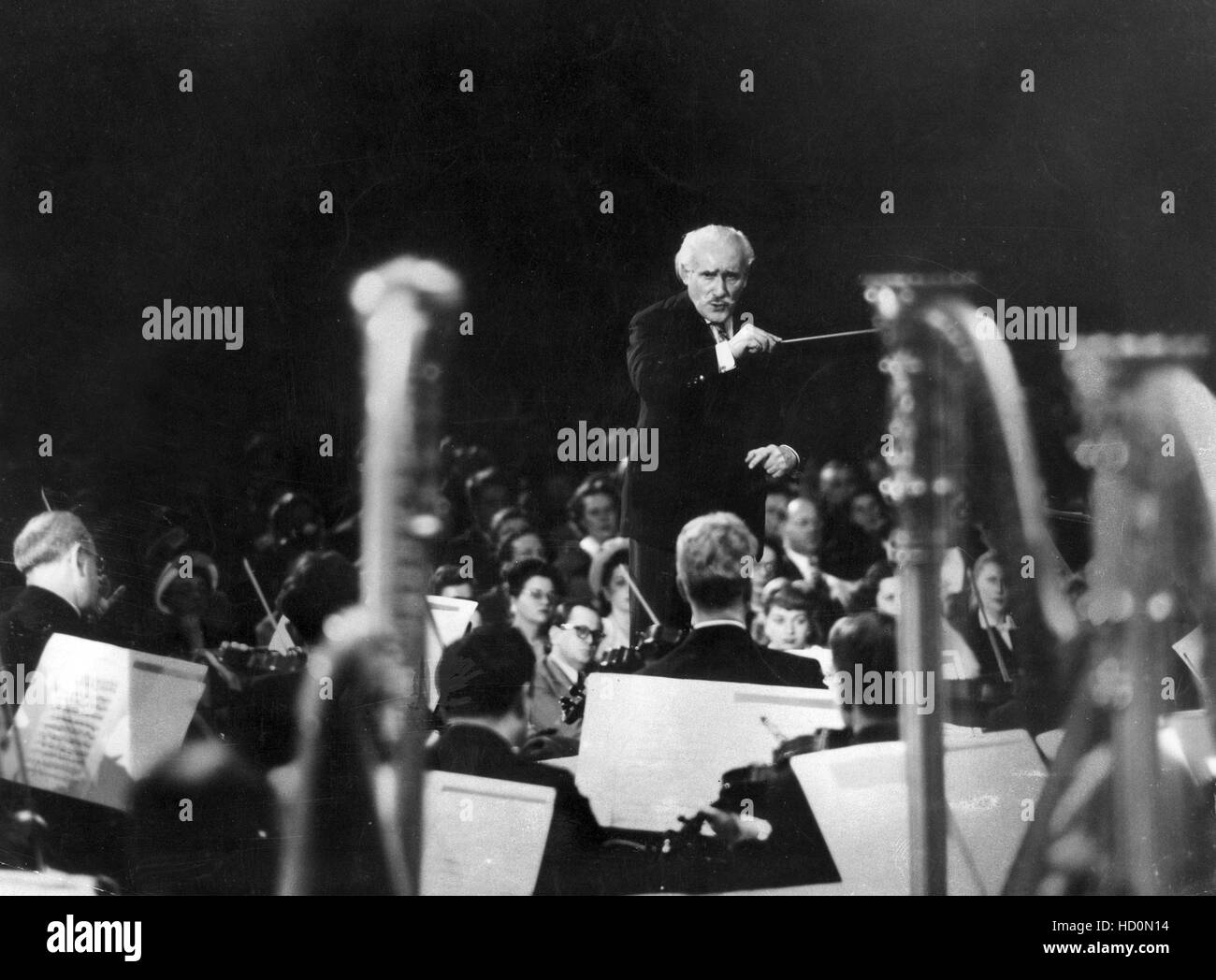 Arturo Toscanini conducting the NBC Symphony Orchestra in Studio 8H, circa 1940s Stock Photo