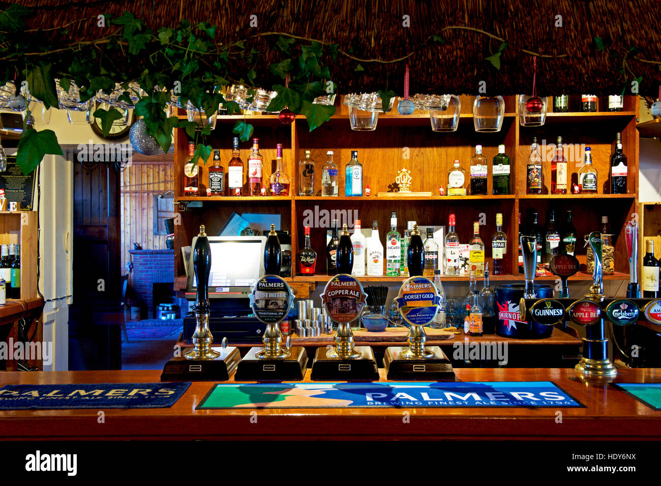 the-bar-of-the-three-horseshoes-inn-in-the-village-of-powerstock-dorset-HDY6NX.jpg