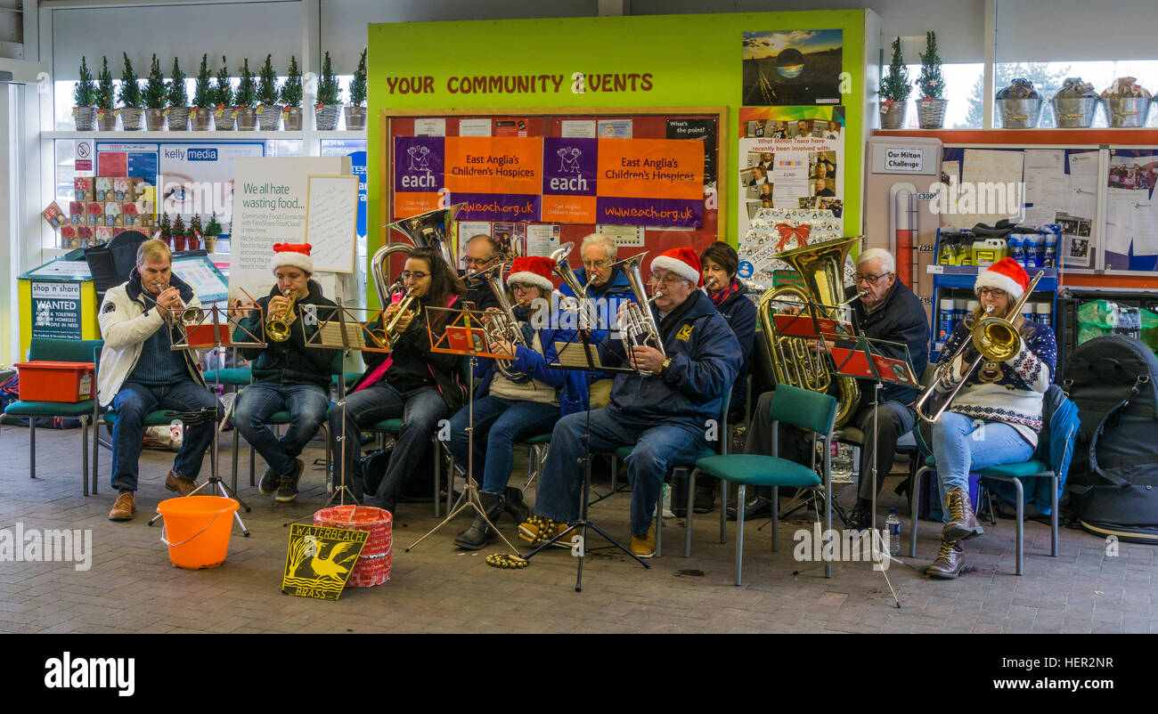 waterbeach-band-playing-in-tesco-store-for-charity-donations-at-christmas-HER2NR.jpg