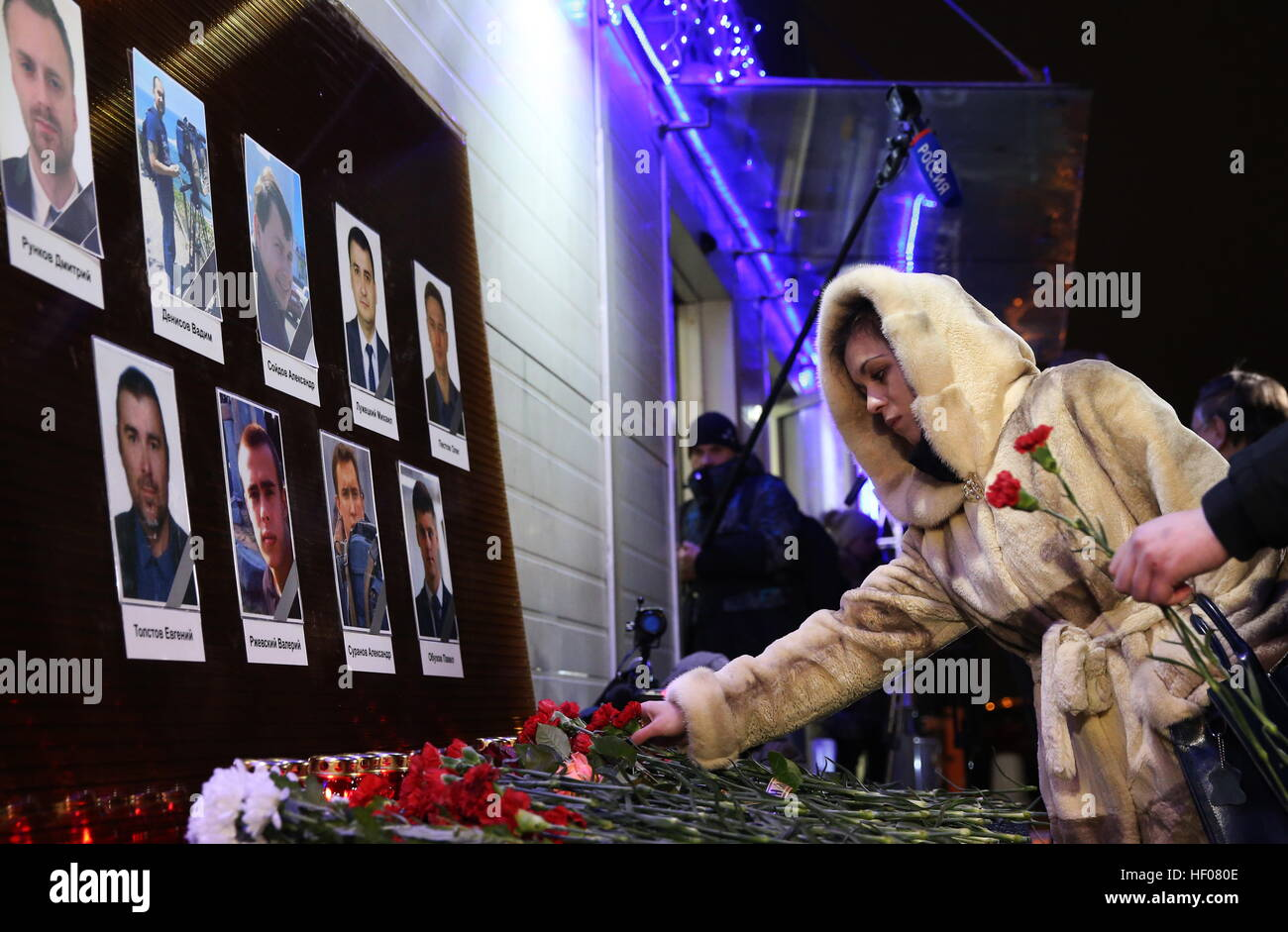 Moscow, Russia. 25th Dec, 2016. Photographs of Channel One, NTV and Zvezda TV channels journalists killed in a Russian Stock Photo