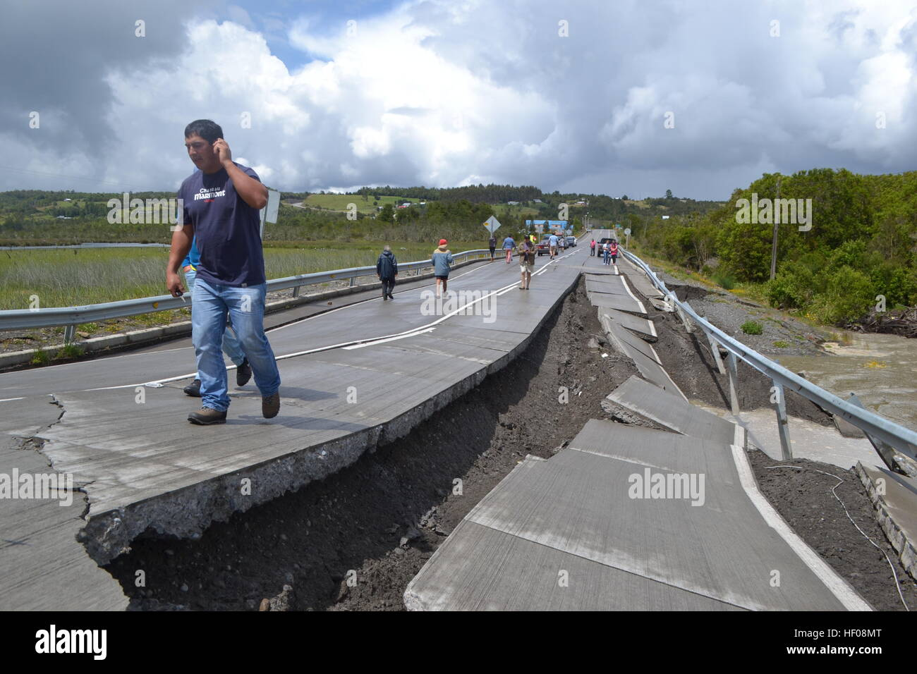 Chiloe province, Chile. 25th December, 2016. People walk on Highway 5 after an earthquake in Chiloe province, Chile, Stock Photo