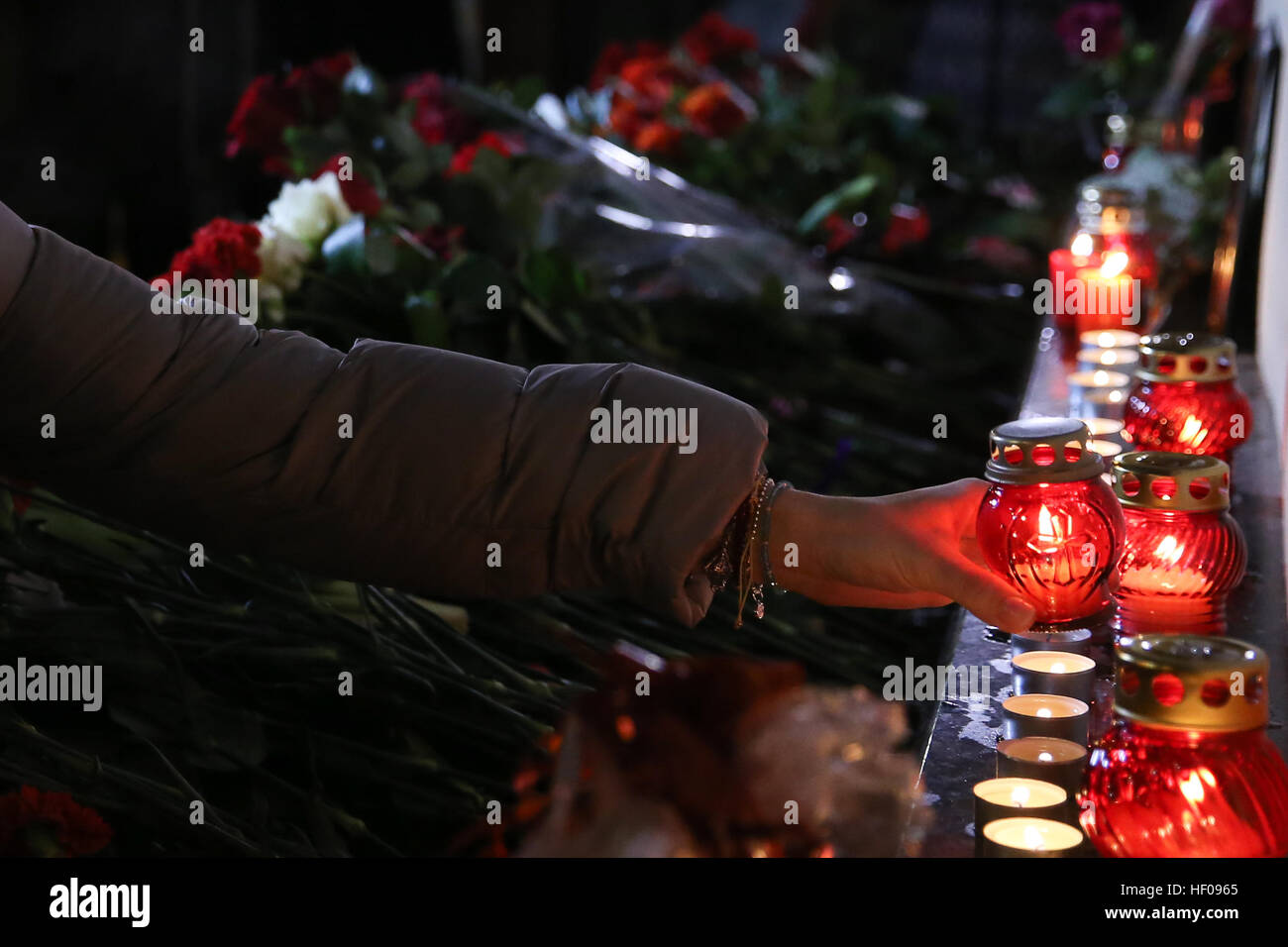 Moscow, Russia. 25th December, 2016. People lays candles near Alexandrov Hall, a rehearsal room of the Alexandrov Stock Photo