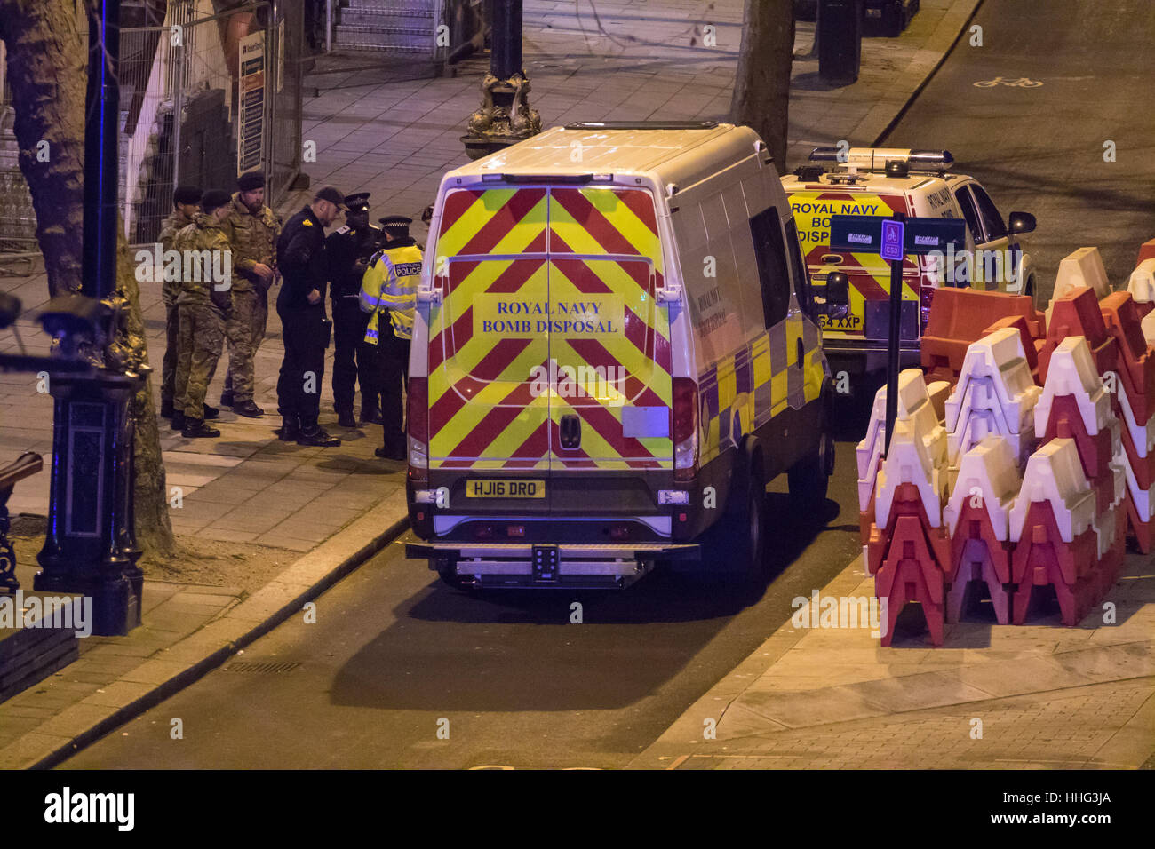 London, UK. 19th Jan, 2017. Bomb disposal experts from the Royal Navy arrive at Victoria Embankment to defuse and - Stock Image