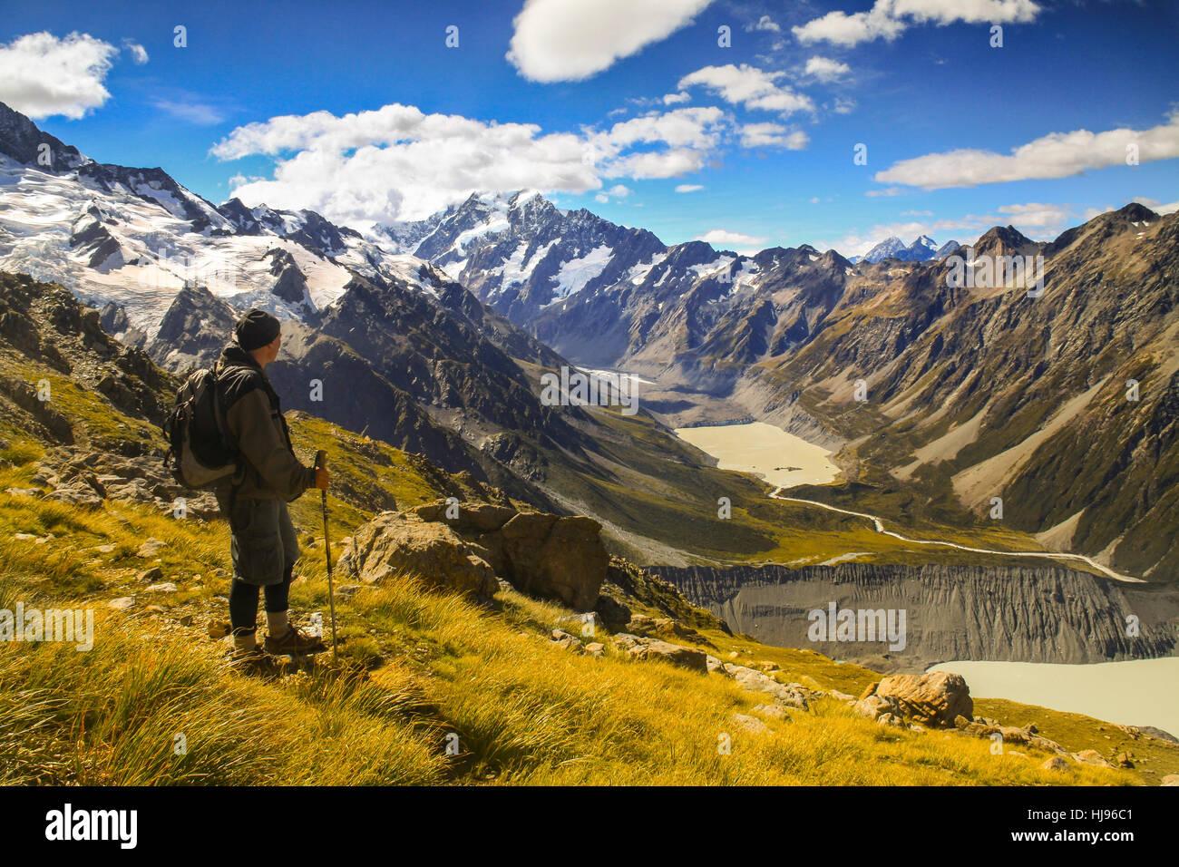 hiker-enjoying-views-in-aoraki-mt-cook-n