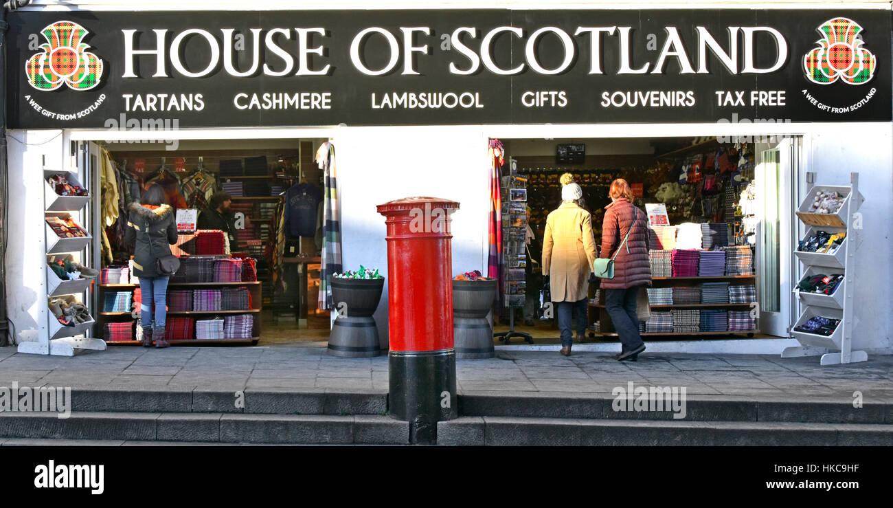 Shoppers Edinburgh Scotland uk textiles souvenirs & gift shop in Old Town shopping Scottish tartan cashmere - Stock Image