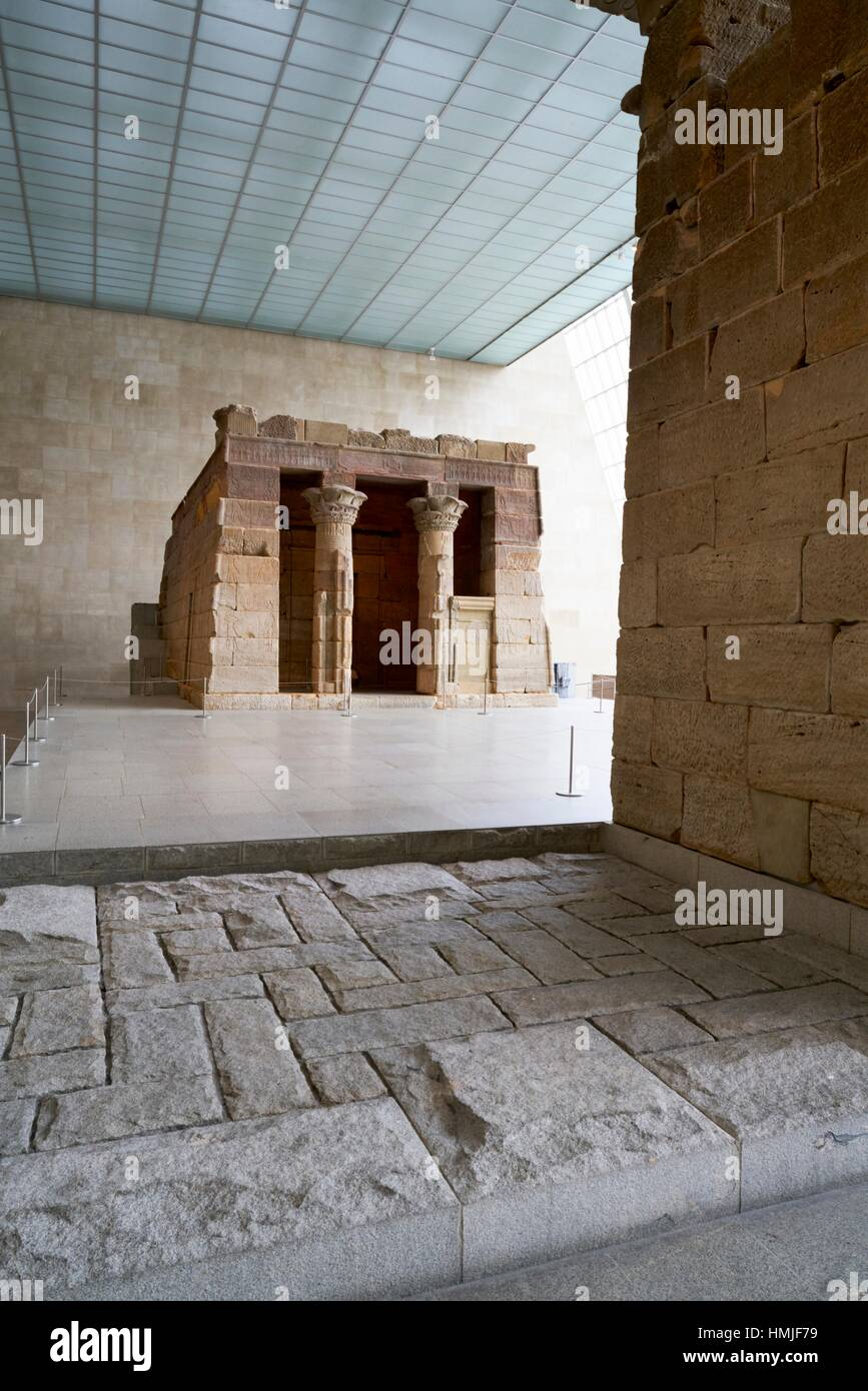 The temple of Dendur in the Sackler Wing, Metropolitan Museum of Art. Manhattan, New York City, USA Stock Photo