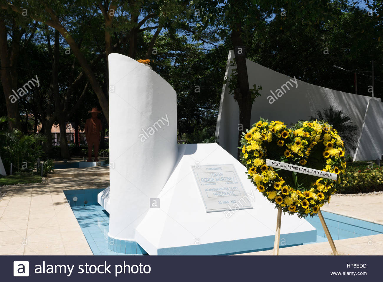 eternal-flame-on-the-tomb-of-tomas-borge-with-wreath-in-front-from-HP8EDD.jpg