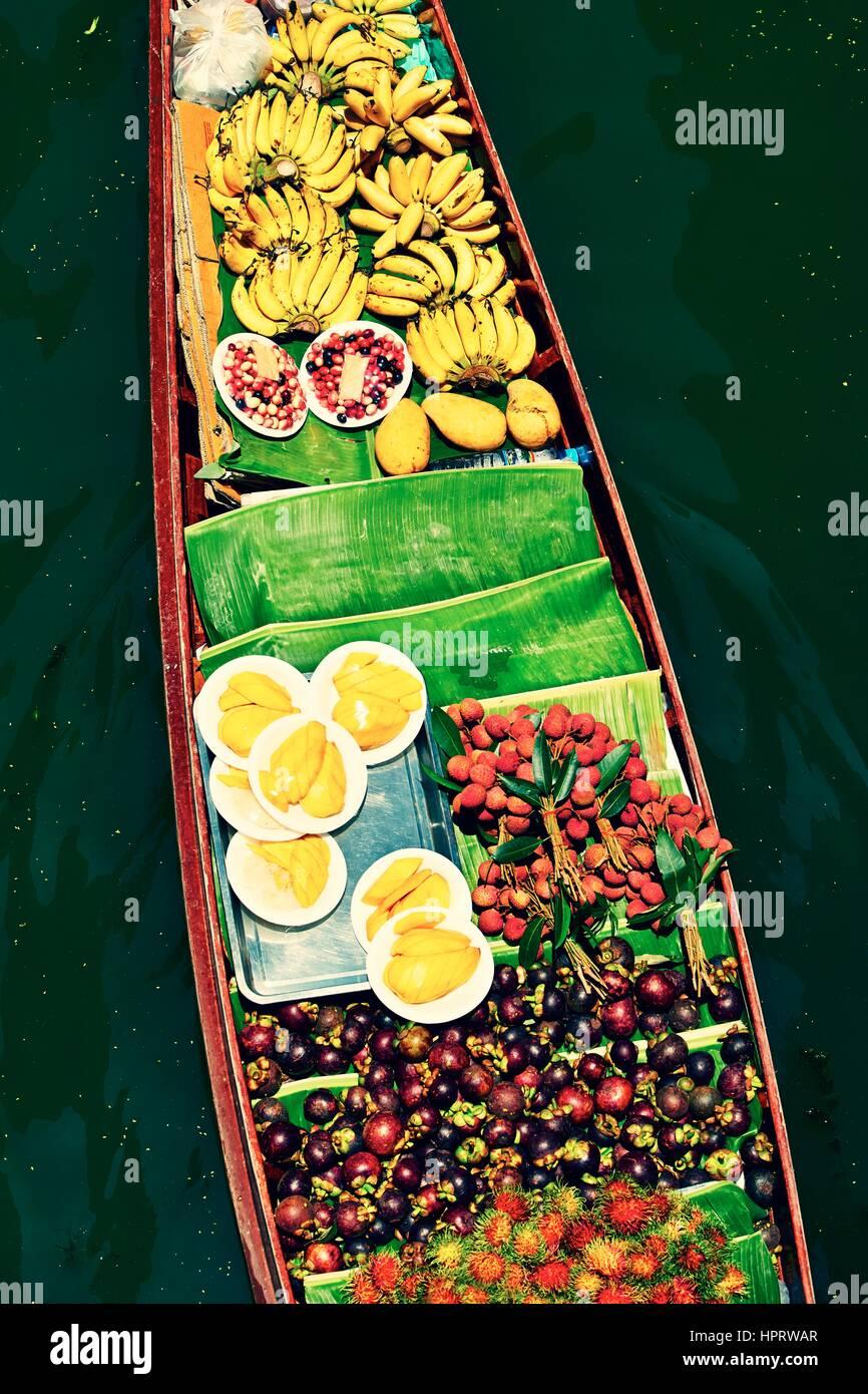 Traditional floating market in Damnoen Saduak near Bangkok - Stock Image