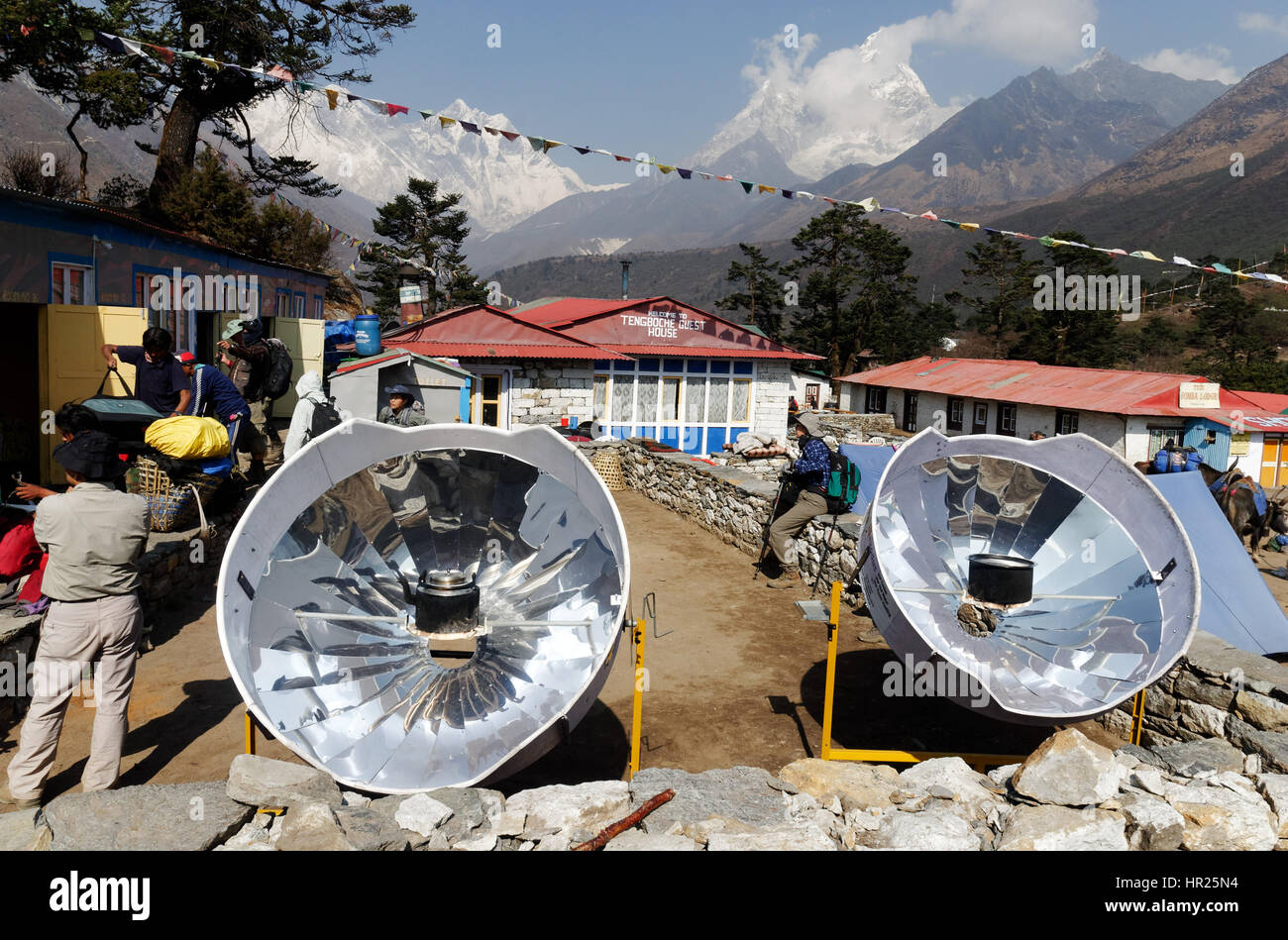 a-kettle-of-water-being-heated-on-a-parabolic-solar-reflector-in-the-HR25N4.jpg