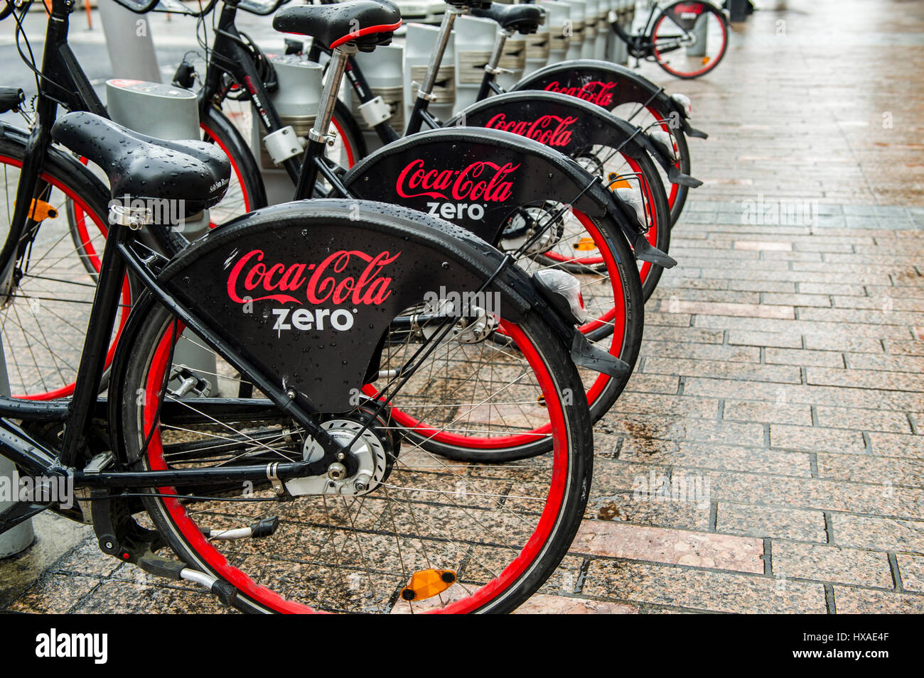 coca-cola-zero-bicycles-in-a-row-in-a-docking-station-as-part-of-the-HXAE4F.jpg