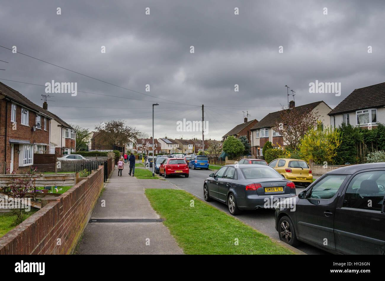 reading-uk-31st-march-2017-uk-weather-dark-heavy-looking-skies-over-HY26GN.jpg