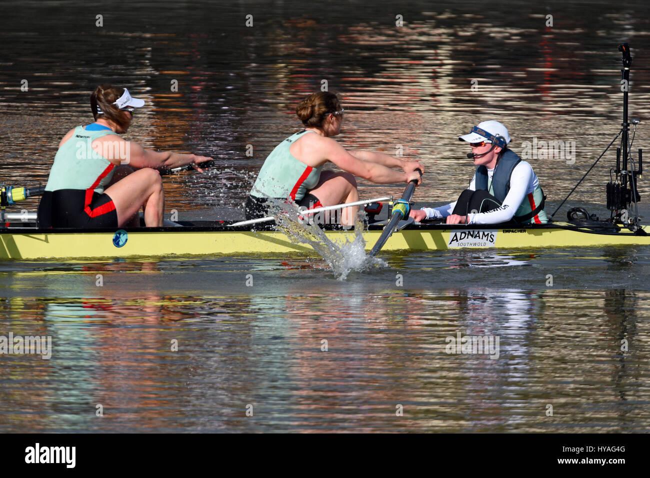 university-boat-race-on-the-river-thames-at-barnes-londonwomens-race-HYAG4G.jpg