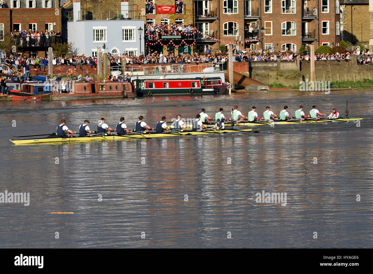 university-boat-race-oxford-v-cambridge-on-the-river-thames-at-barnes-HYAGE6.jpg