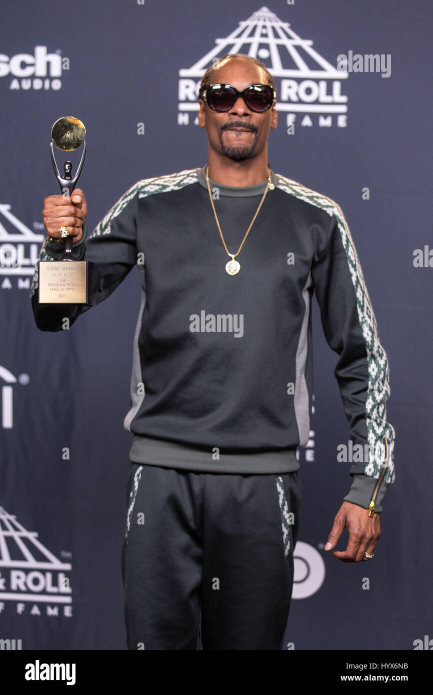 Brooklyn, New York, USA. 7th Apr, 2017. Rapper SNOOP DOGG (CALVIN BROADUS JR.) walks the red carpet at Barclay's - Stock Image