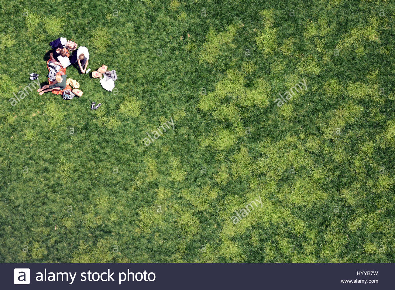 Central Park Nyc Usa A Group Of La S Enjoy Lunch Ate S S Of New Yorkers And Tourists Enjoying Temperatures Of Up To Twenty Six Degrees Celsius