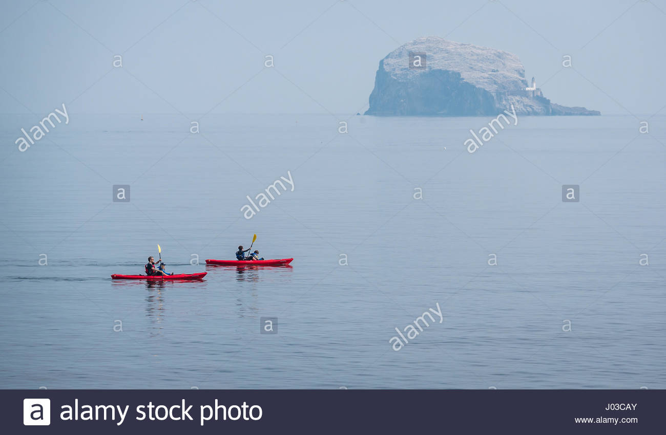 family-kayaking-in-firth-of-forth-on-cal