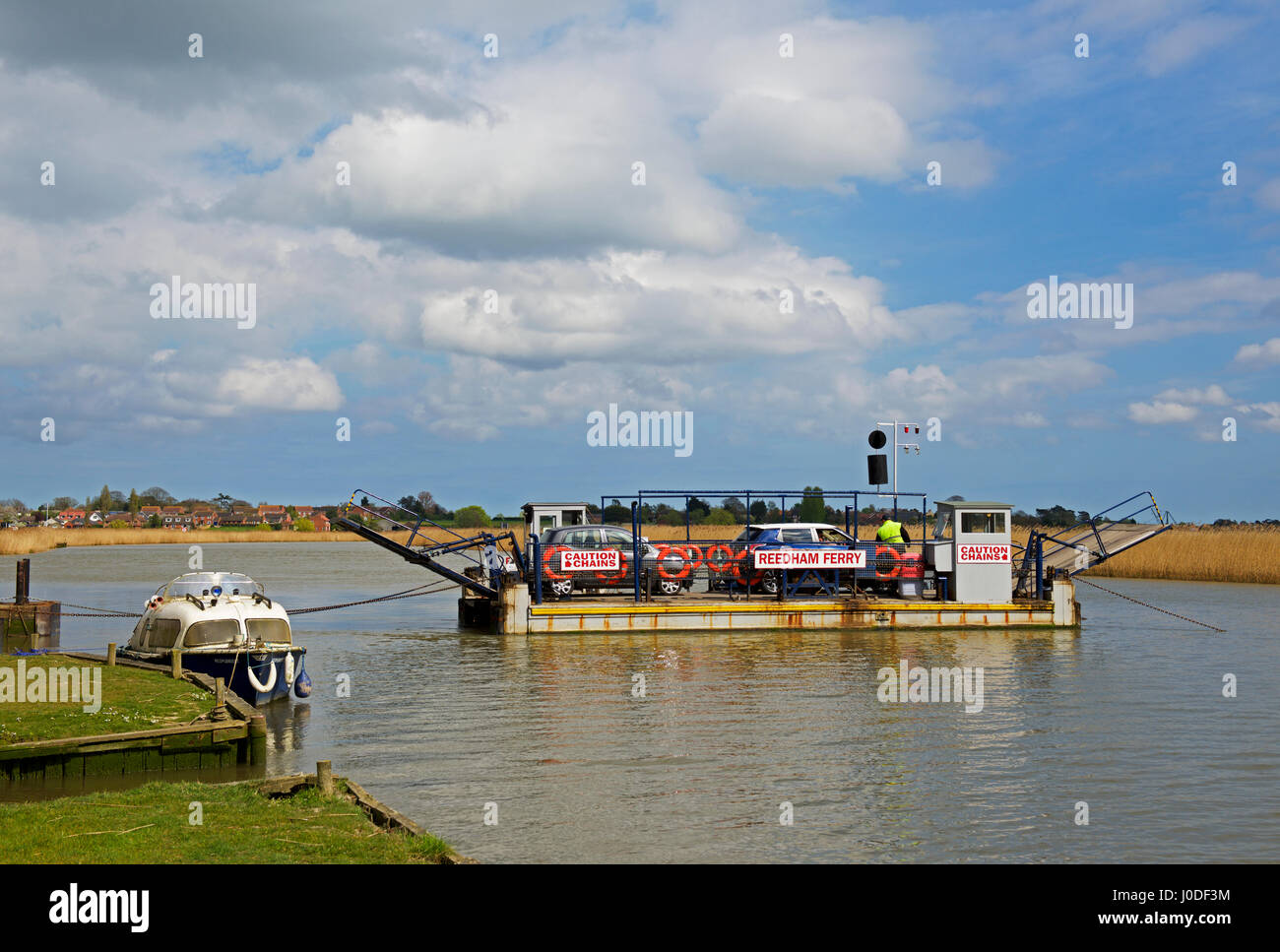 car-ferry-across-the-river-yare-reedham-norfolk-england-uk-J0DF3M.jpg