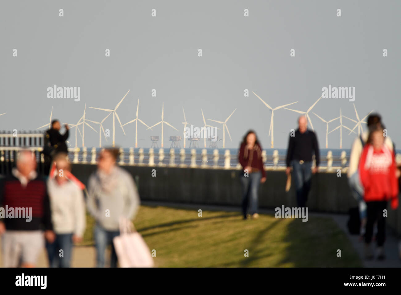 kentish-flats-offshore-wind-farm-and-red-sands-maunsell-fort-in-the-J0F7H1.jpg