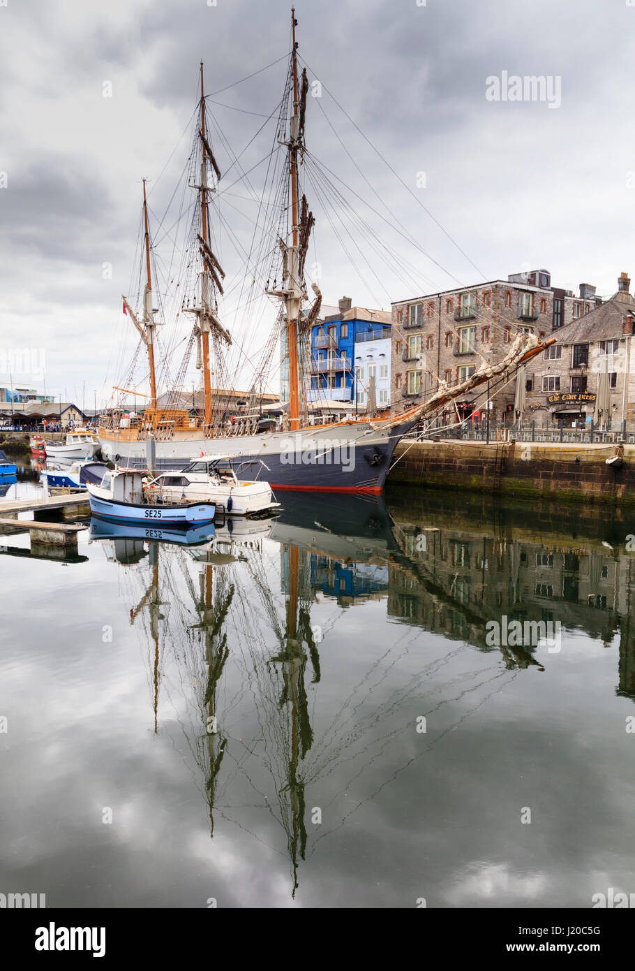 tall-ship-svkaskelot-moored-alongside-the-barbican-in-sutton-harbour-J20C5G.jpg