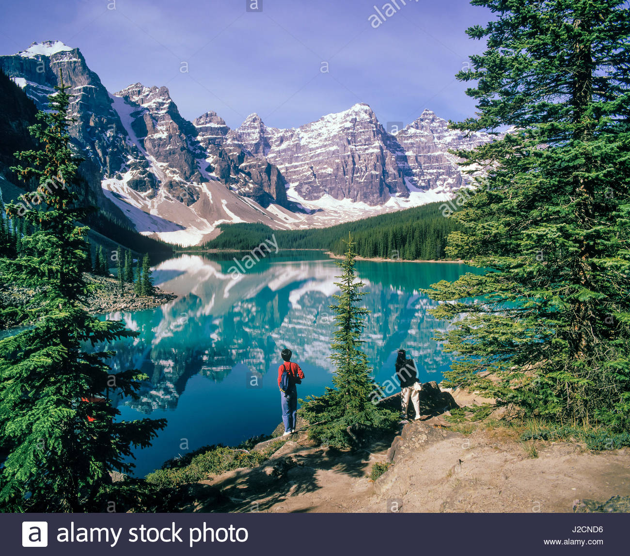 tourists-moraine-lake-banff-national-par