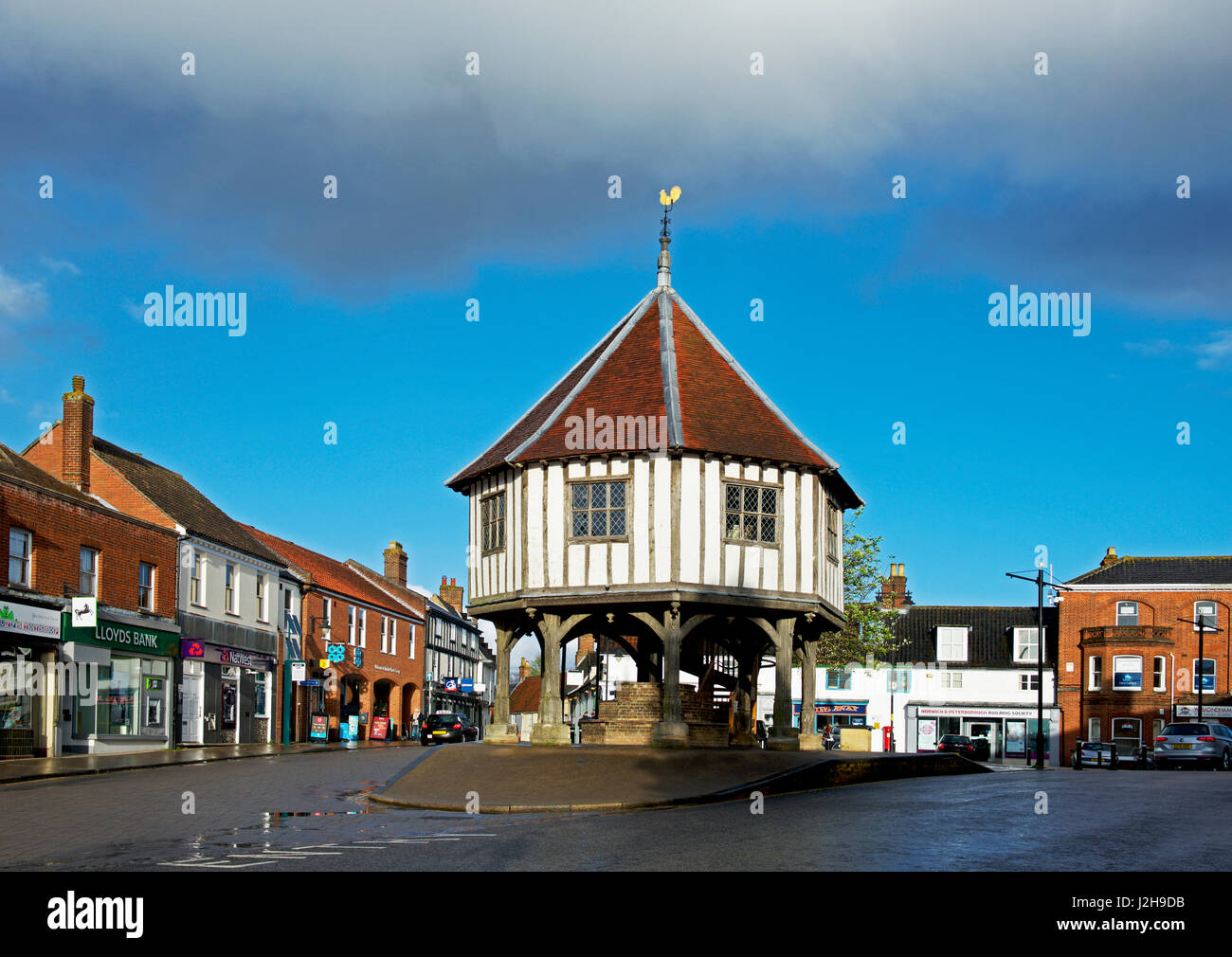 the-17th-century-market-cross-wymondham-norfolk-england-uk-J2H9DB.jpg