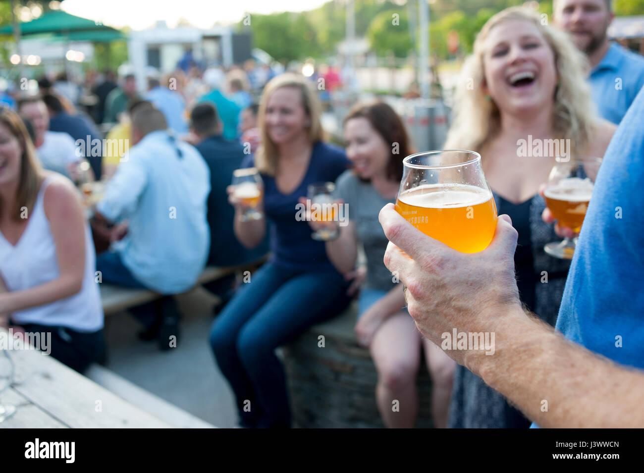 США-вирджиния-ва-молодые люди-пьющая-крафт-пиво-в-Уильямсбурге-на-J3WWCN.jpg