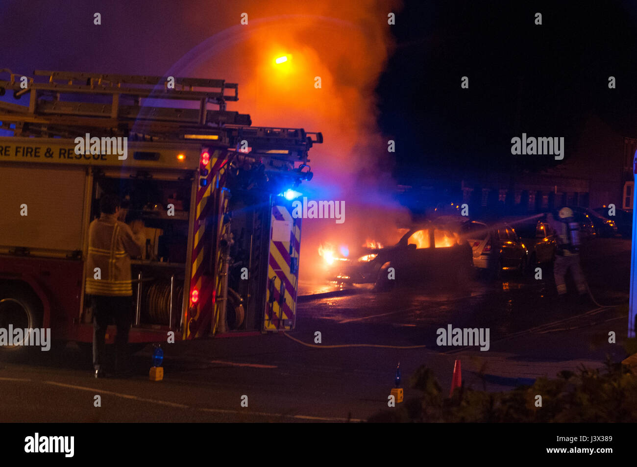 oxford-oxfordshire-uk-7th-may-2017-car-on-fire-on-iffley-road-credit-J3X389.jpg